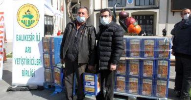Balıkesir'de arıcılara 6045 teneke arı yemi dağıtıldı